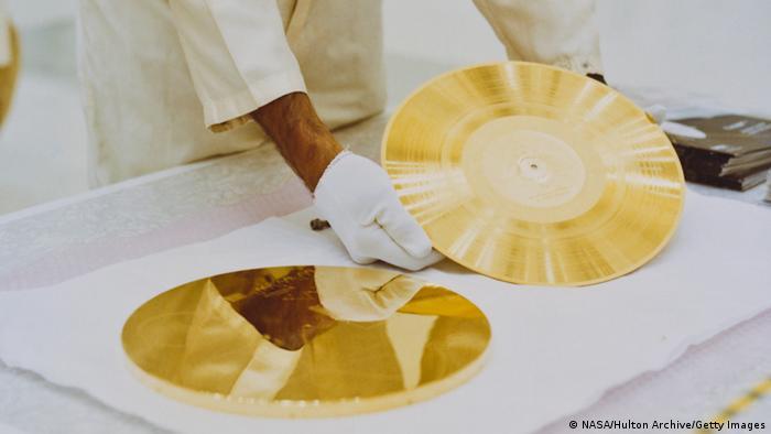 Las sondas llevan estos discos dorados brillantes en caso de que encuentren vida en su viaje interminable. Los discos contienen imágenes y sonidos de personas, animales y la naturaleza de la Tierra. Una aguja e instrucciones detalladas también están incluidas. Es probables que los extraterrestres no tengan un tocadiscos.