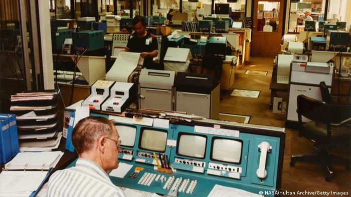 Las distantes sondas son monitoreadas y controladas por el centro de control de la misión Voyager en el Instituto de Tecnología de California, en Pasadena (en esta foto de 1980). Por supuesto, el equipo es hoy en día mucho más moderno. Pero la NASA tiene que consultar regularmente a los ingenieros que diseñaron y construyeron la Voyager, a pesar de que se retiraron hace mucho tiempo.
