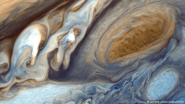 La Voyager 1 también documentó las corrientes atmosféricas en Júpiter, como se ve en esta imagen. Después de volar por Júpiter, la Voyager 1 alcanzó una velocidad de 16 kilómetros por segundo debido a la fuerza gravitacional del planeta.