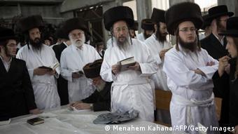 Weißgekleidete Juden an Jom Kippur (Menahem Kahana/AFP/Getty Images)