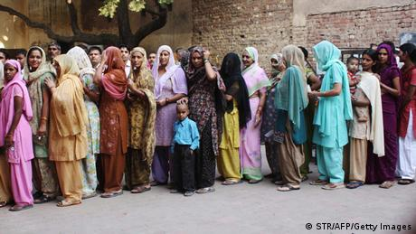 Indian voters queue in 2009