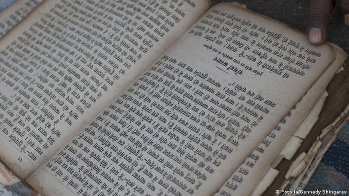 Buch Hindi Schriftzeichen (Fotolia/Gennady Shingarev)