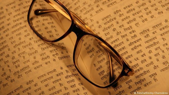 Buch Hindi Schriftzeichen Brille (Fotolia/Dmitry Chernobrov)