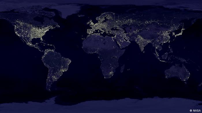 Lichtverschmutzung. This image of Earth's city lights was created with data from the Defense Meteorological Satellite Program (DMSP) Operational Linescan System (OLS). Quelle: NASA