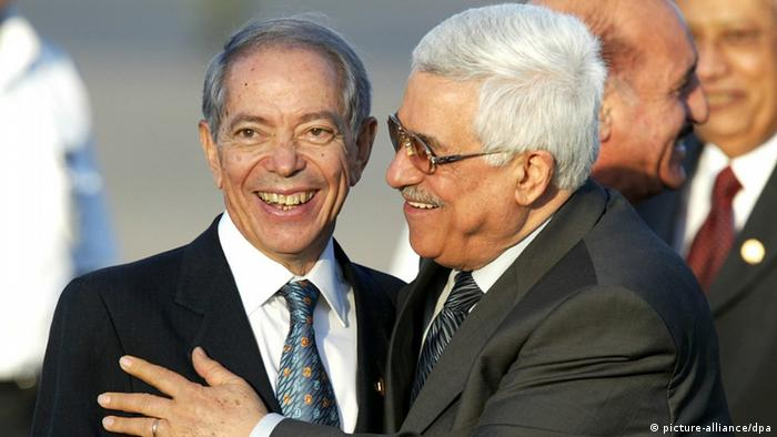 Palestinian Prime Minister Mahmoud Abbas (R) hugs Osama El Baz (L), the advisor to Egyptian President Hosni Mubarak after his arrival for the US-Arab Summit in Sharm El Sheikh, Egypt 02 June 2003. The summit with US President Geoge Bush and leaders from Saudi Arabia, Jordan, Palestinian Authority, Bahrain and Egypt is being held to push forward the road map for peace between Israelis and Palestinians. Foto: Mike Nelson dpa