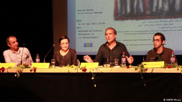 امید منتظری، حمید نوذری، عصمت طالبی، سیاوش محمودی (از راست به چپ) شرکتکنندگان در میزگرد مراسم ۲۵مین سالگرد اعدامهای جمعی زندانیان سیاسی ایران در تابستان ۱۳۶۷، در برلین