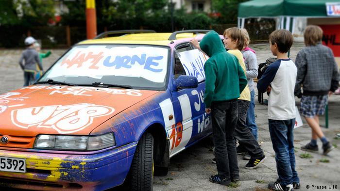 Bildbeschreibung: Bundesweite Wahlen der Unter-18Jährigen: Zur Wahlurne umgestaltetes Auto. Ein Auto wird zur Wahlurne umgestaltet Copyright: Presse U18