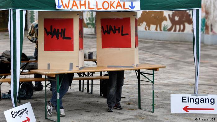 Wahlkabine der bundesweiten Wahlen der Unter-18 Jährigen. (c) Presse U18