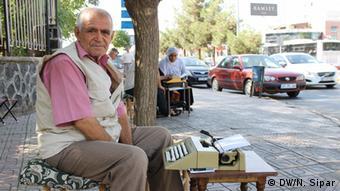 Ein Übersetzer sitzt mit seiner Schreibmaschine am Straßenrand (Foto: DW/Nalan Sipar)