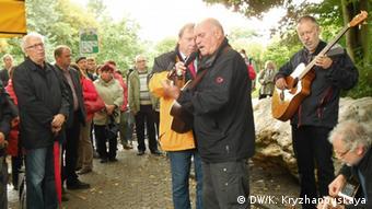 Люди у памятника на открытии мемориала
