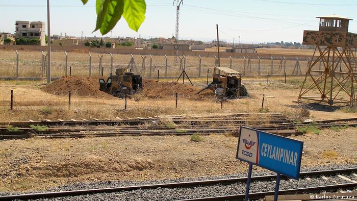 railway dividing both Syria and Turkey Copyright: Karlos Zurutuza, Türkei-Syrien, September 2013