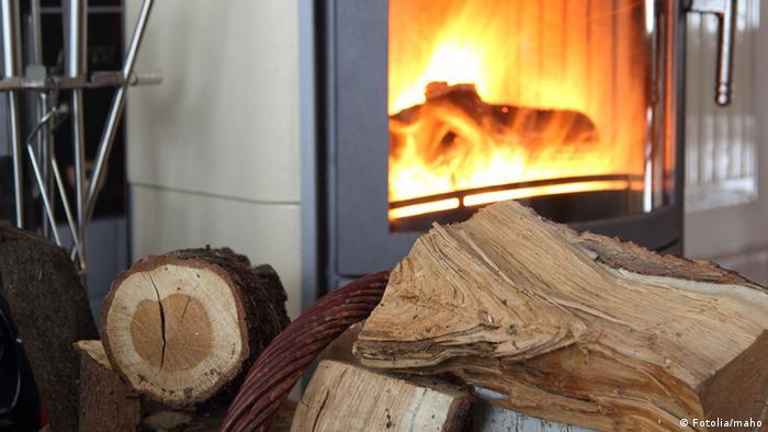 Brennholz vor einem Kamin (Fotolia/maho)