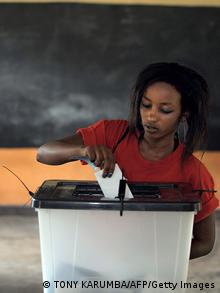 Ruanda Wahlen Wahllokal in Kigali Frau bei der Stimmabgabe