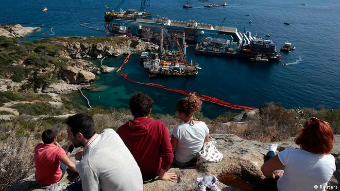 Onlookers watch the salvage efforts of the Costa Concordia (Foto: Reuters / Tony Gentile)