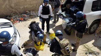 U.N. chemical weapons experts prepare before collecting samples from one of the sites of an alleged chemical weapons attack in Damascus' suburb of Zamalka in this August 29, 2013 file photo. A report by U.N. chemical weapons experts will likely confirm that poison gas was used in an August 21 attack on Damascus suburbs that killed hundreds of people, U.N. Secretary-General Ban Ki-moon said on September 13, 2013. France's U.N. ambassador, Gerard Araud, told reporters that September 16, 2013 is the tentative date for Ban to present Sellstrom's report to the Security Council and other U.N. member states. REUTERS/Bassam Khabieh/Files (SYRIA - Tags: POLITICS CIVIL UNREST CONFLICT HEALTH)--eingestellt von haz
