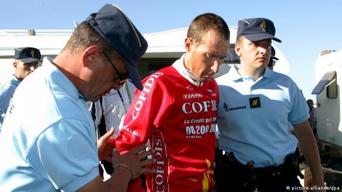Cristian Moreni wird von der französischen Polizei nach der 16. Etappe der Tour de France abgeführt (Foto: EPA)