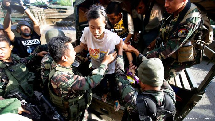 Filipino army soldiers assist rescued hostagesEPA/DENNIS M. SABANGAN