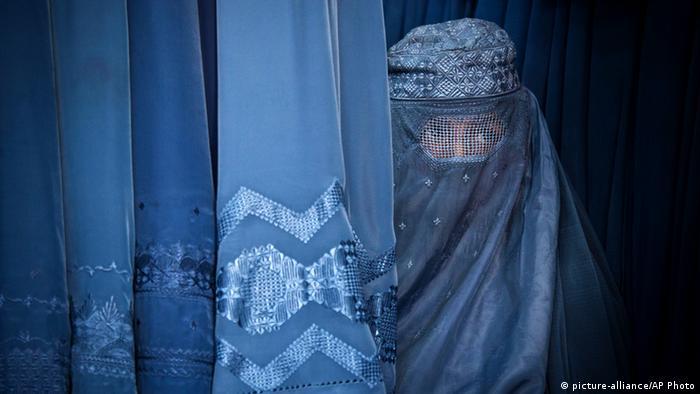 Symbolbild Eine Frau trägt Burka Glaube Religion (picture-alliance/AP Photo)