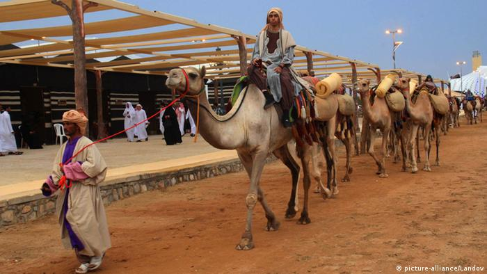 RIYADH, Sept. 11, 2013 (Xinhua) -- A caravan arrives at the Souq Okaz in Taif, southwest of Saudi Arabia, on Sept. 10, 2013. Saudi Arabian seventh session of Souq Okaz kicked off here on Tuesday. The market, which dates back 1,500 years ago, was a gathering place for traders and poets in the Arabian Peninsula during the pre-Islamic era. During the two-week long festival, poetry evenings, drama and seminar will be held. (Xinhua/Dong Liwei) (zw) XINHUA /LANDOV Keine Weitergabe an Drittverwerter.