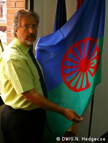 Diego Fernandez, director of the Institute of Gypsy Culture, with the Romani flag, in Madrid copyright: DW/ Guy N. Hedgecoe zugeliefert von Anne-Sophie Brändlin