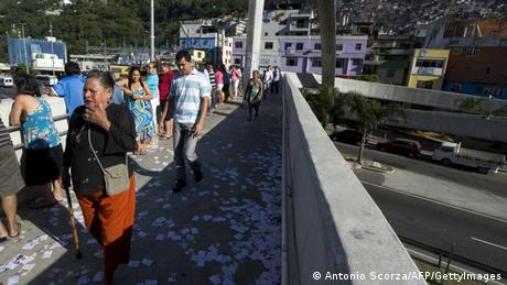 People queue before polling stations open in in Rio de Janeiro's Rocinha shantytown in October 2012 municipal elections (Photo: Antonio Scorza)