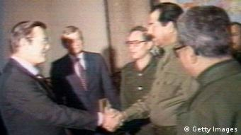 Getty'Images 1424016 BAGHDAD, IRAQ - DECEMBER 20: (VIDEO CAPTURE) U.S. Secretary of Defense Donald Rumsfeld (L) and Iraqi President Saddam Hussein shake hands December 20, 1983 in Baghdad, Iraq. Rumsfeld met with Hussein during the war between Iran and Iraq as an envoy for former U.S. President Ronald Reagan. (Photo by Getty Images) ***Achtung: Schlechte Bildqualität***