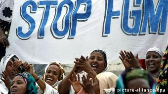 A group of Somali women with a large banner saying Stop FGM (picture-alliance/dpa)
