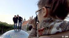 Kristina fotographiert Jonas und Nasser, die auf einer Halbkugel stehen.
