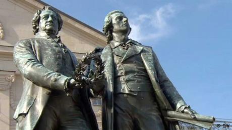 Sicht auf die Statuen von Johann Wolfgang von Goethe und Friedrich Schiller (DW)
