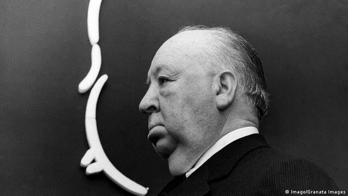 Foto em preto e branco mostra perfil de Alfred Hitchcock