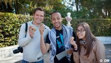Jonas, Nasser und Kristina halten jeder eine Kartoffel in der Hand und lächeln in die Kamera.