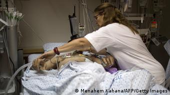 Israelisches medizinisches Personal und syrischer Verwundeter (FOTO: MENAHEM KAHANA/AFP/Getty Images)