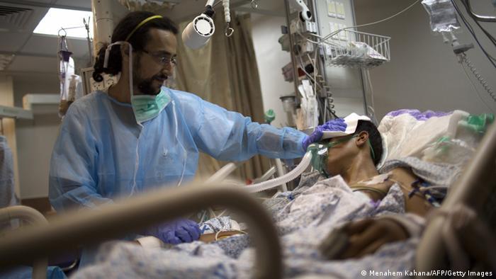 Israeli hilft verwundetem Syrer (Foto: MENAHEM KAHANA/AFP/Getty Images)