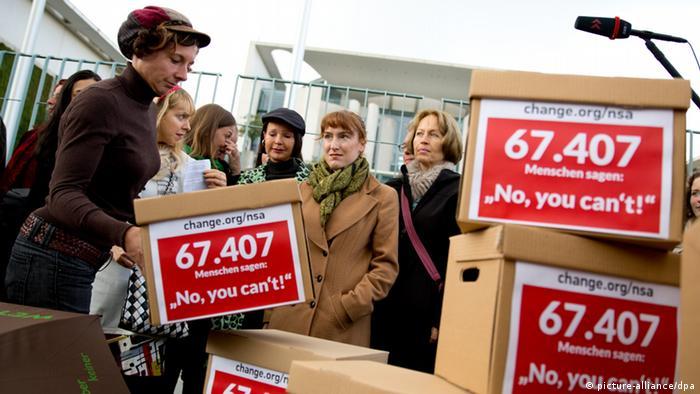 Eine Gruppe von Schriftstellern rund um Juli Zeh (links) protestiert wegen der NSA-Spähaffäre vor dem Bundeskanzleramt in Berlin (Foto: dpa)