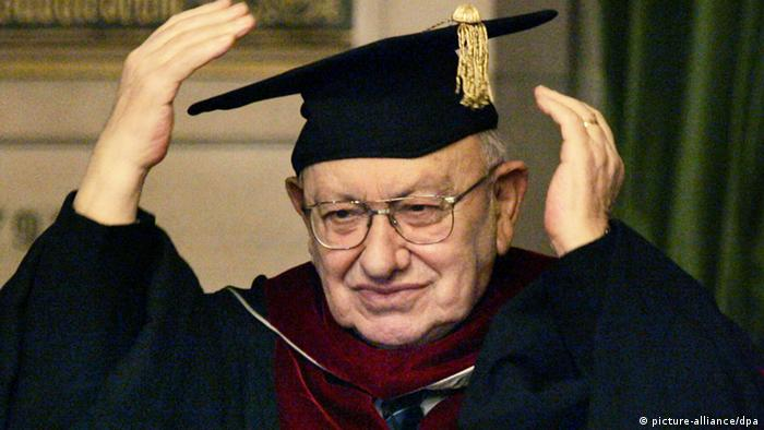 Marcel Reich-Ranicki with a cap and mortar board Photo: dpa