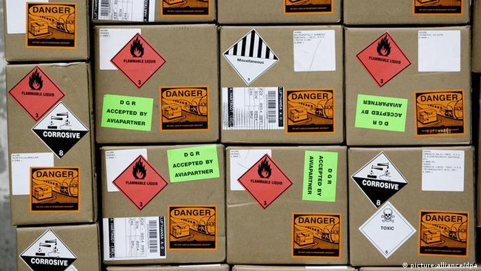 Vorsicht - leicht entflammbar! - Speziell gekennzeichnete Fracht am Dienstagabend (Foto: Frank May7dpa)