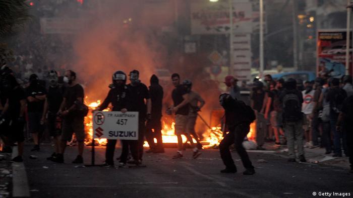 Policija i demonstranti među zapaljenim vatrama
