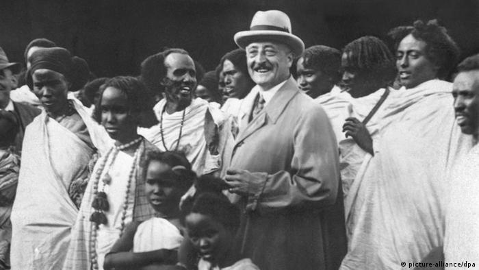Zoodirektor Carl Hagenbeck zeigt sich 1927 stolz mit Menschen aus Somalia, die er eigens für seine Show nach Hamburg geholt hat