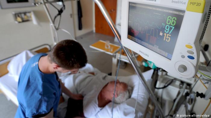 Physiotherapeutin übt mit einem Schlaganfallpatienten