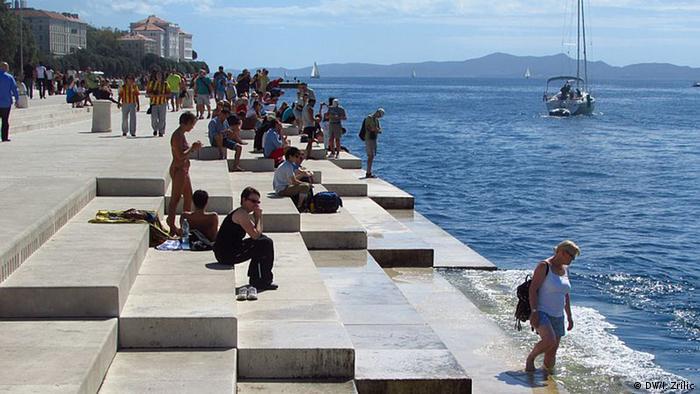 Turyści na przystani i jacht