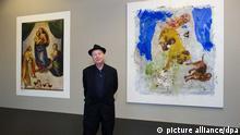Der Maler und Bildhauer, Georg Baselitz, steht am 18.09.2013 im Residenzschloss in Dresden (Sachsen) in der Ausstellung «Hintergrundgeschichten - Georg Baselitz» zwischen einer Reproduktion des Gemäldes «Sixtinische Madonna» von Raffael (l -1512/13) und dem Gemälde «Statement (1999) des Künstlers Baselitz. Die Ausstellung findet vom 21. September bis 2. Dezember statt. Foto: Arno Burgi/dpa +++(c) dpa - Bildfunk+++