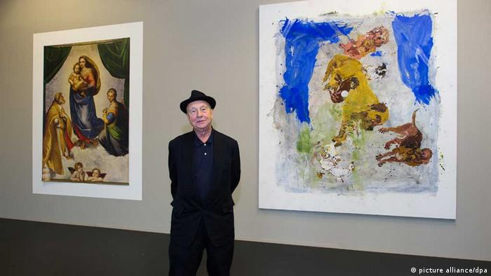 Georg Baselitz standing with two of his works at an exhibition in Dresden, Copyright: picture alliance/dpa