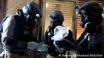 Tri osobe s plinskim maskama