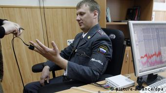 Policajac priključen na detektor laži