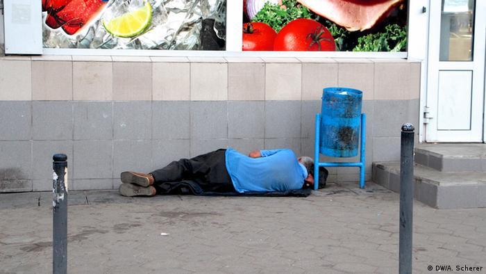 Человек, предположительно в состоянии алкогольного опьянения, у продовольственного магазина в Москве
