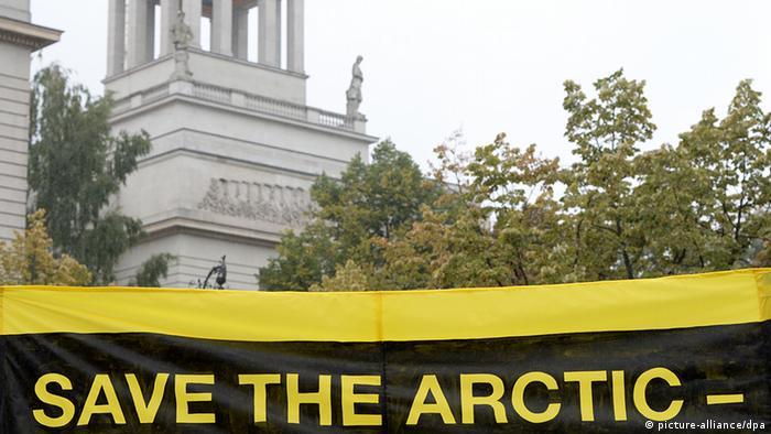 Deutschland Russland Greenpeace demonstriert vor russischem Botschaft in Berlin