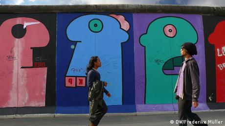 Bemalte Mauer an der East Side Gallery in Berlin