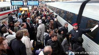 Crowd of people outside a train in Hamburg Photo: Kay Nietfeld dpa/lno