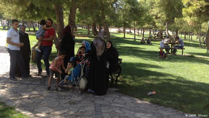 A family of refugees from Raqqa killing time in the shadow of a park in Urfa. Most refugees don't have jobs. Few kids go to school. Foto: DW/Marine Olivesi
