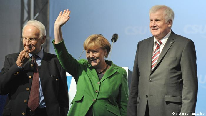 Chancellor Angela Merkel (center) flanked by former Bavarian Premier Edmund Stoiber and current Premier Horst Seehofer. Photo: Andreas Gebert/dpa +++(c) dpa - Bildfunk+++